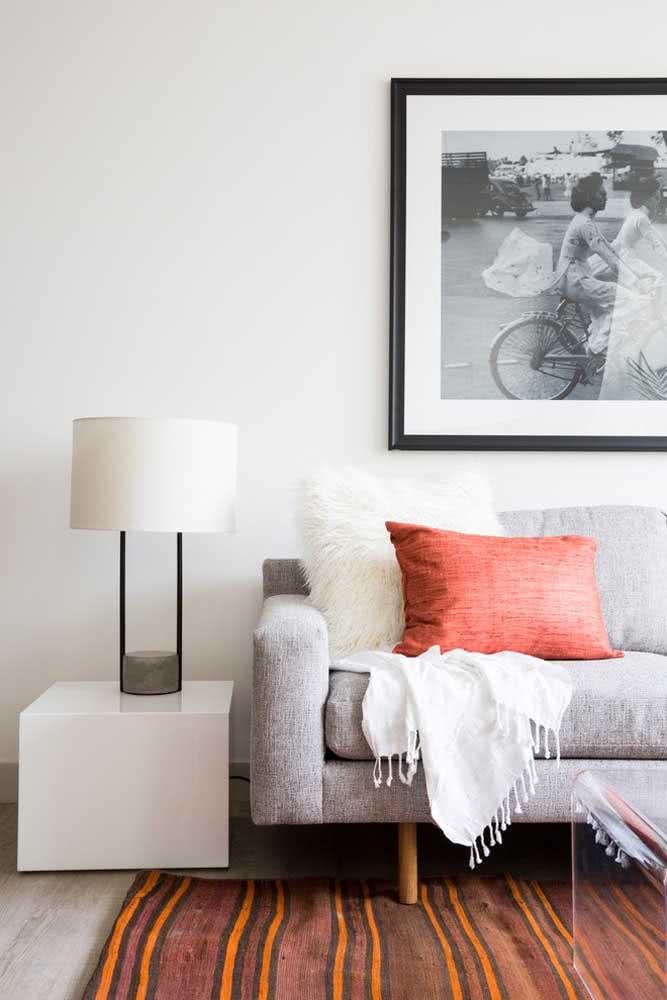 Uma simples almofada coral para mudar o visual da sala