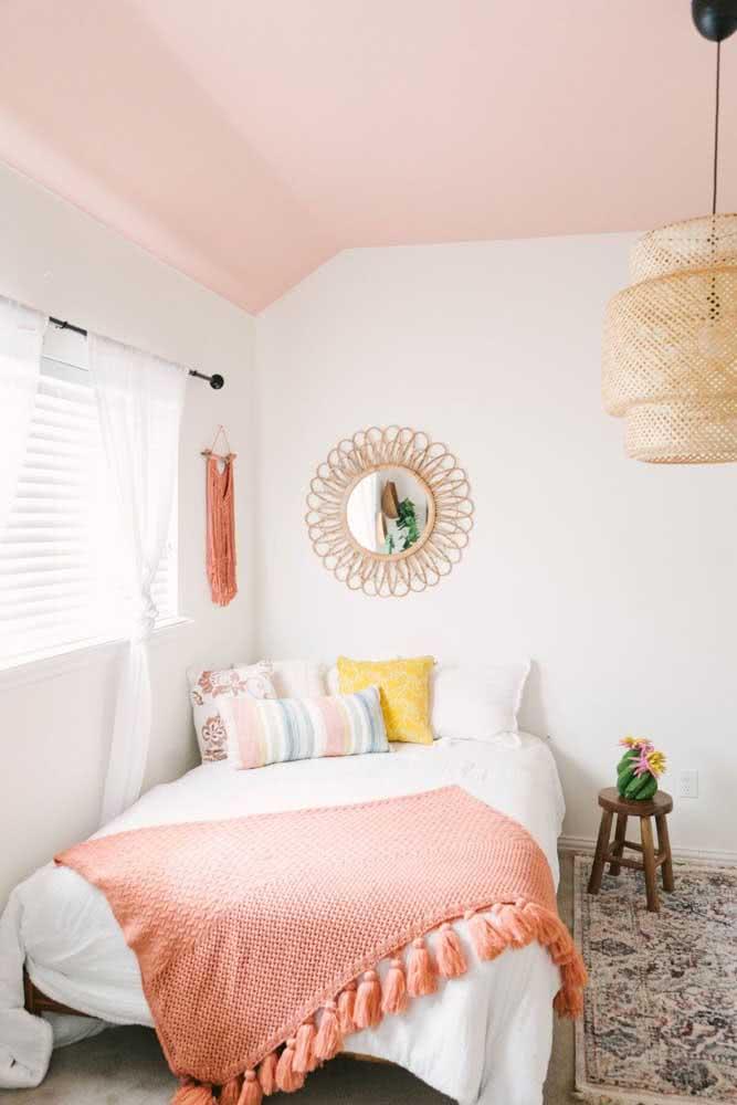 Cor Coral na roupa de cama e no teto do quarto