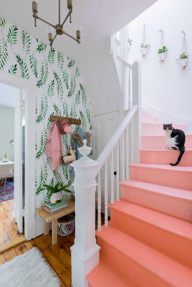 Coral na escada, verde na parede