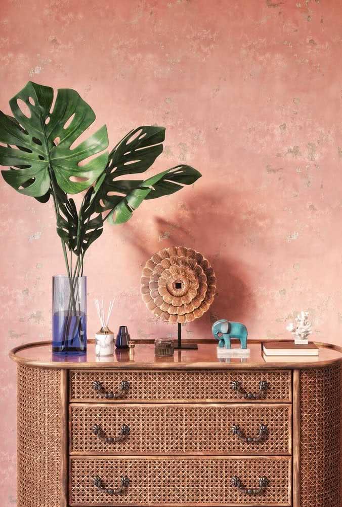A parede rústica Coral é o pano de fundo perfeito para destacar a cômoda de madeira