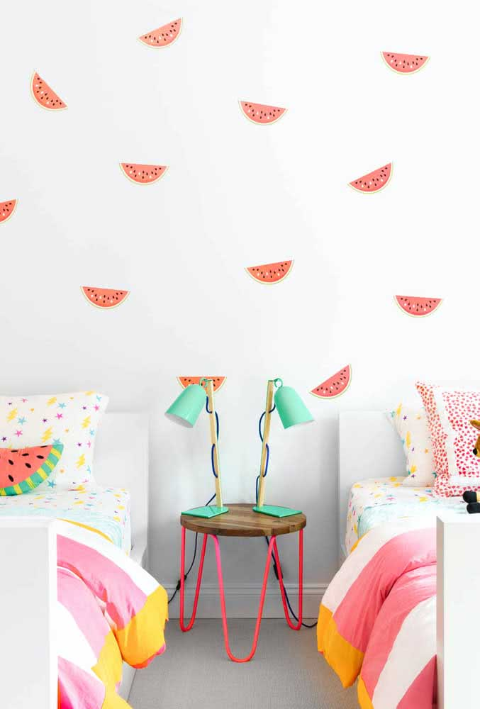 Cor living coral na decoração do quarto infantil