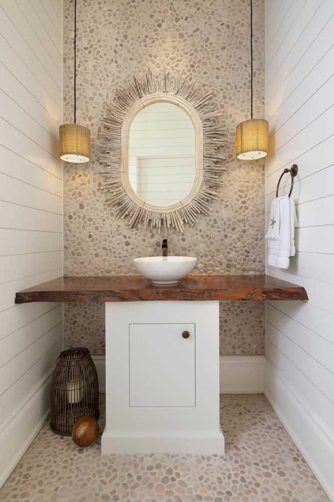Seixos brancos e beges na decoração do banheiro. Repare que aqui as pedras vão do piso à parede formando uma linha harmoniosa e contínua