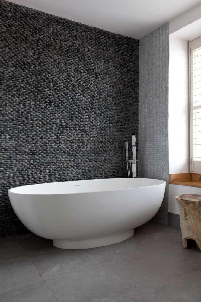 As pedras de seixo nem sempre precisam expressar rusticidade. Nesse banheiro, o seixo preto confere sofisticação para decoração