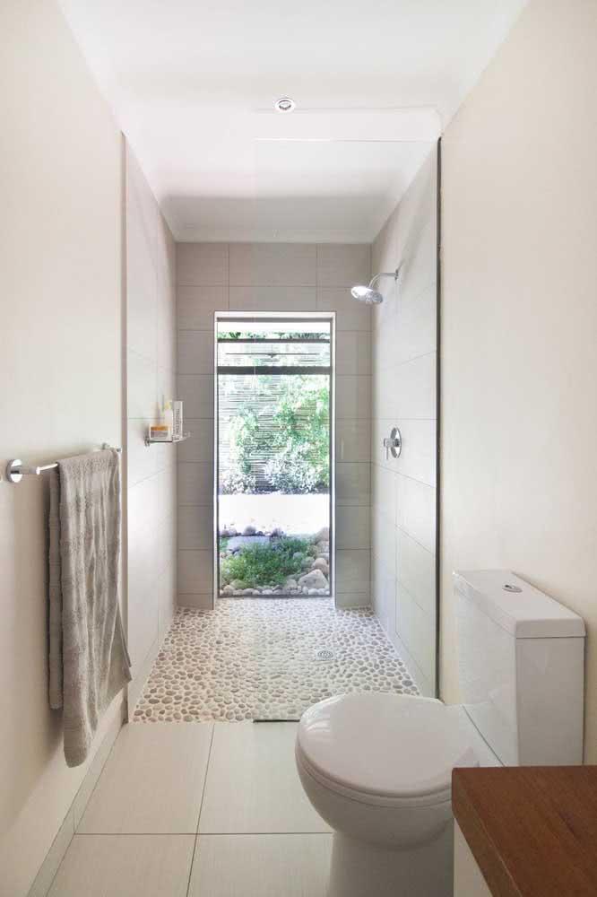 Banheiro branco é igual a... seixos brancos, claro! Harmonize o tom da pedra com os tons da decoração