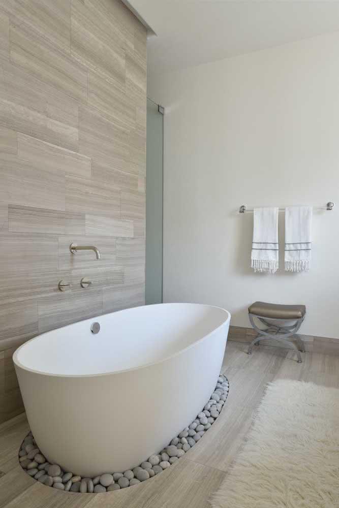 E o que acha de apoiar a banheira sobre as pedras de seixo?
