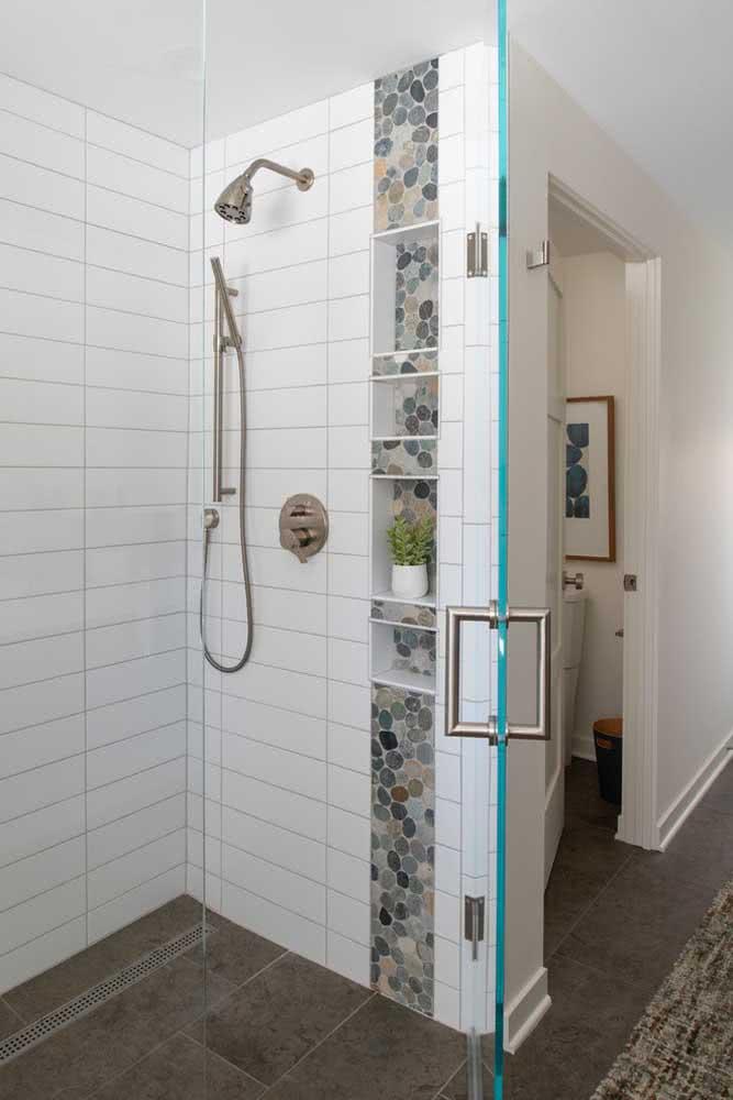 Já aqui nesse banheiro, os seixos foram usados para decorar a área dos nichos