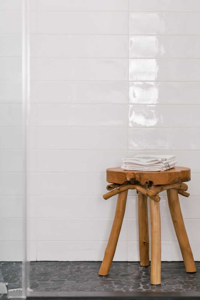 Seixo cinza no banheiro minimalista