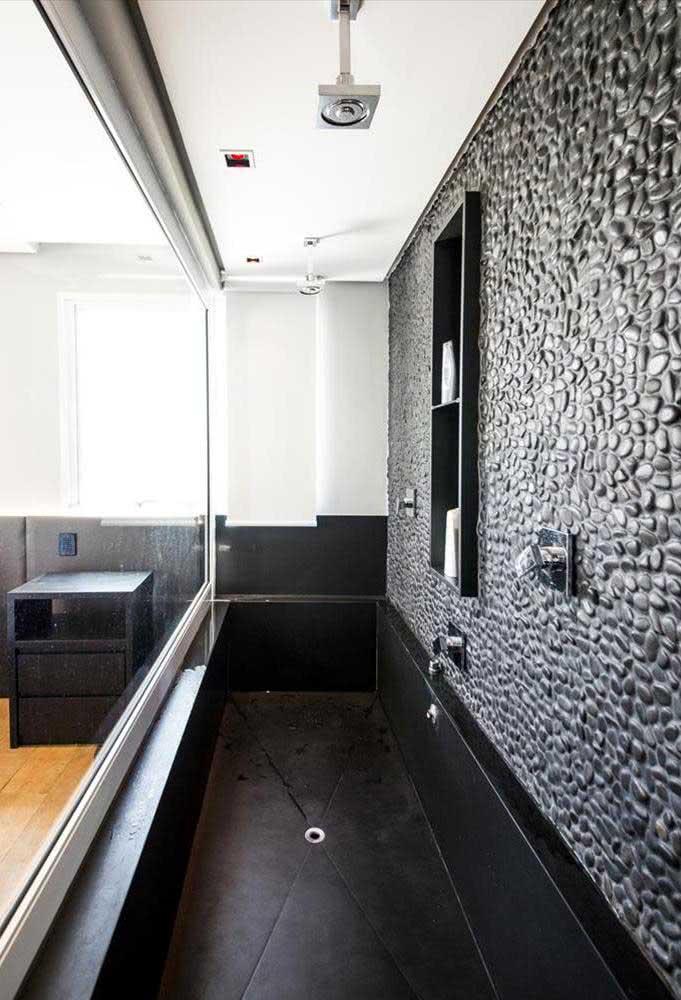 Seixos pretos combinando com a banheira da mesma cor
