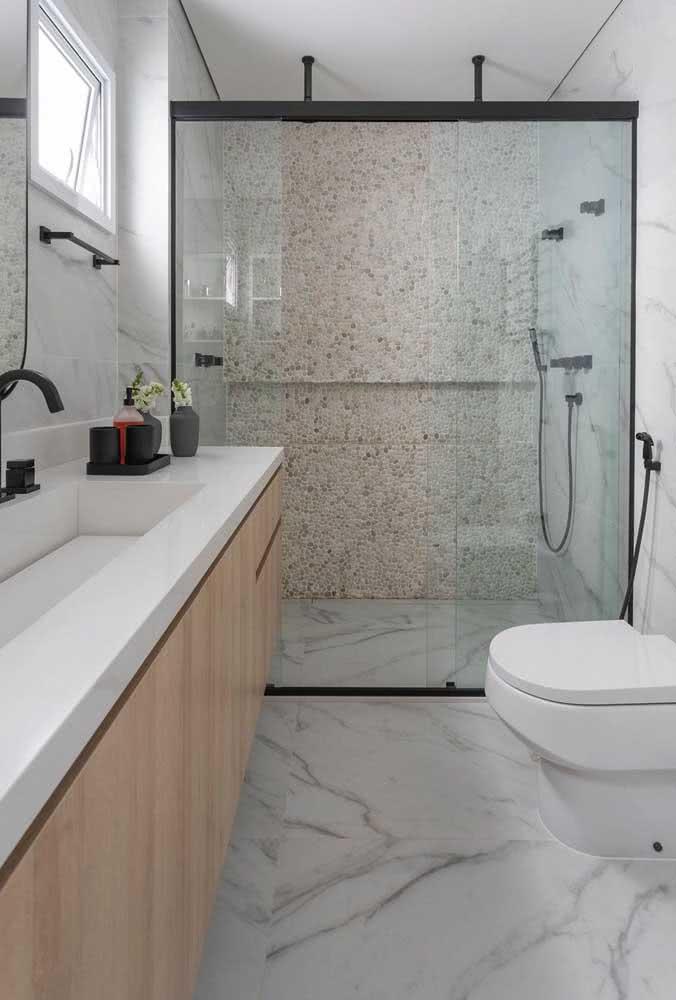 Que tal uma parede de seixo em contraste com o piso de mármore?