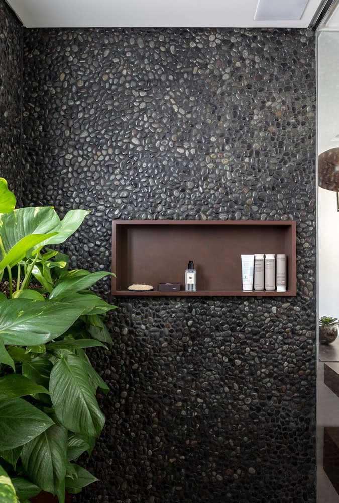 As plantas sempre destacam e valorizam os ambientes decorados com seixos