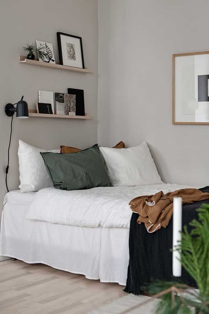 Dupla de prateleiras para quadros acima da cabeceira da cama. Tem espaço para planta e livros também