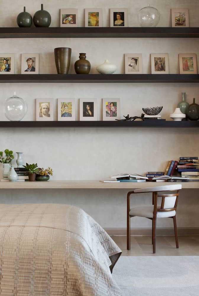 Prateleiras para quadros também servem para apoiar outras coisinhas de decoração