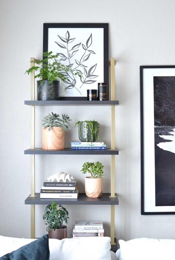 O topo da estante também pode funcionar como uma prateleira para quadros