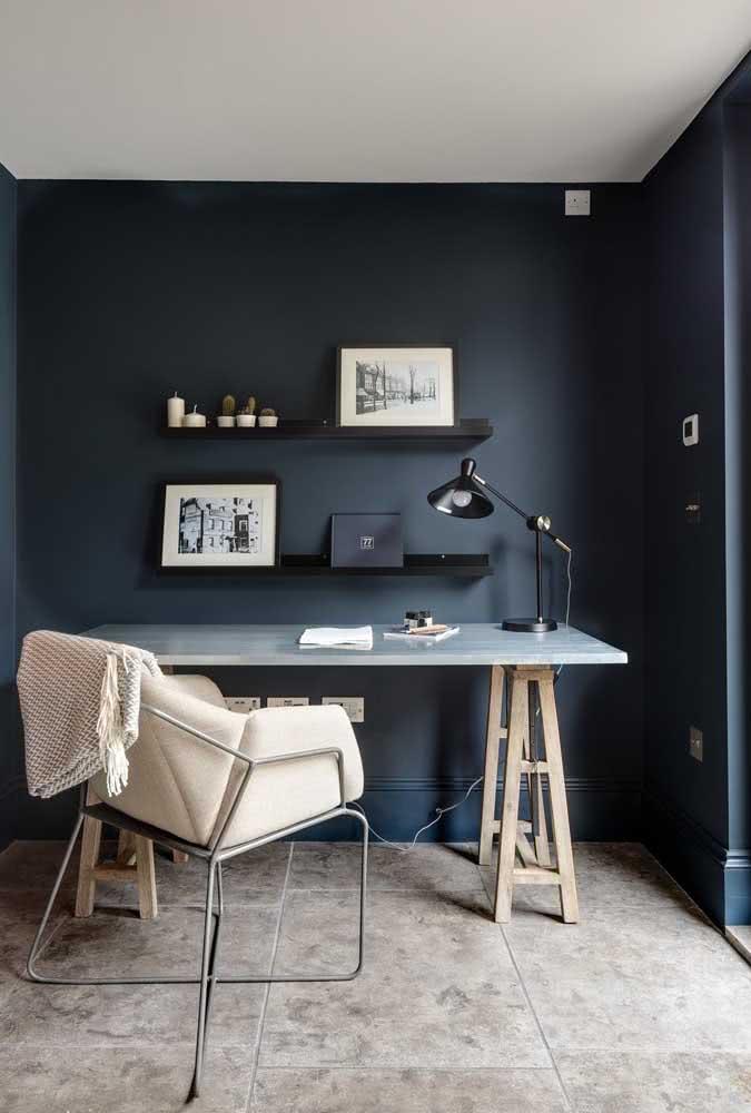 O home office é outro bom lugar para apostar na tendência da prateleira para quadros