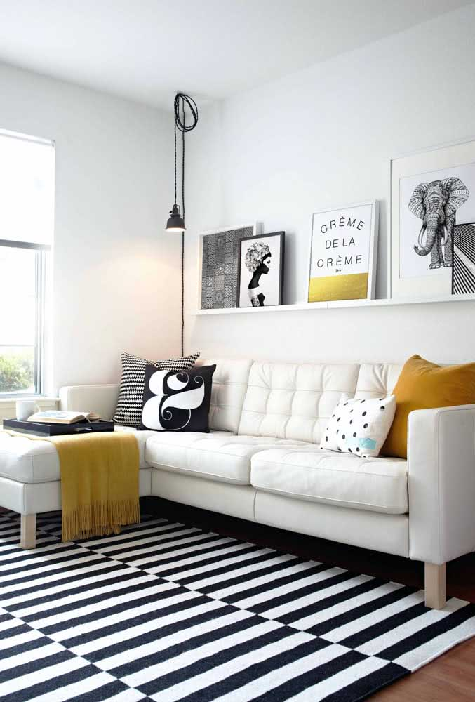 Proporção é tudo! A prateleira do mesmo tamanho do sofá deixa a decoração mais harmoniosa