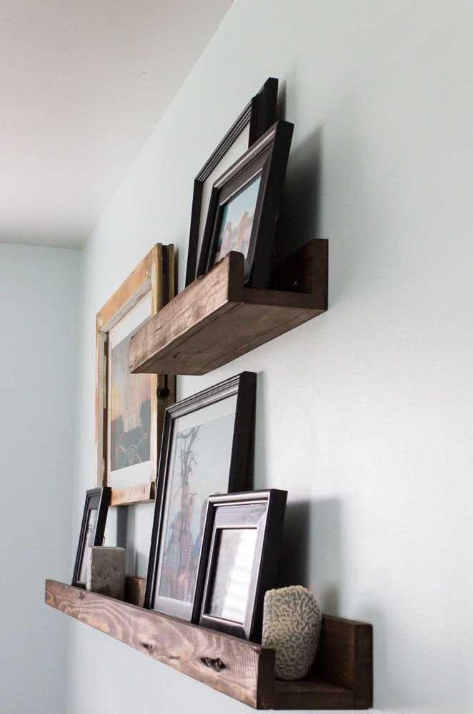Prateleira de madeira para quadros com canaleta. Esse detalhe garante a proteção dos quadros, evitando que eles caiam