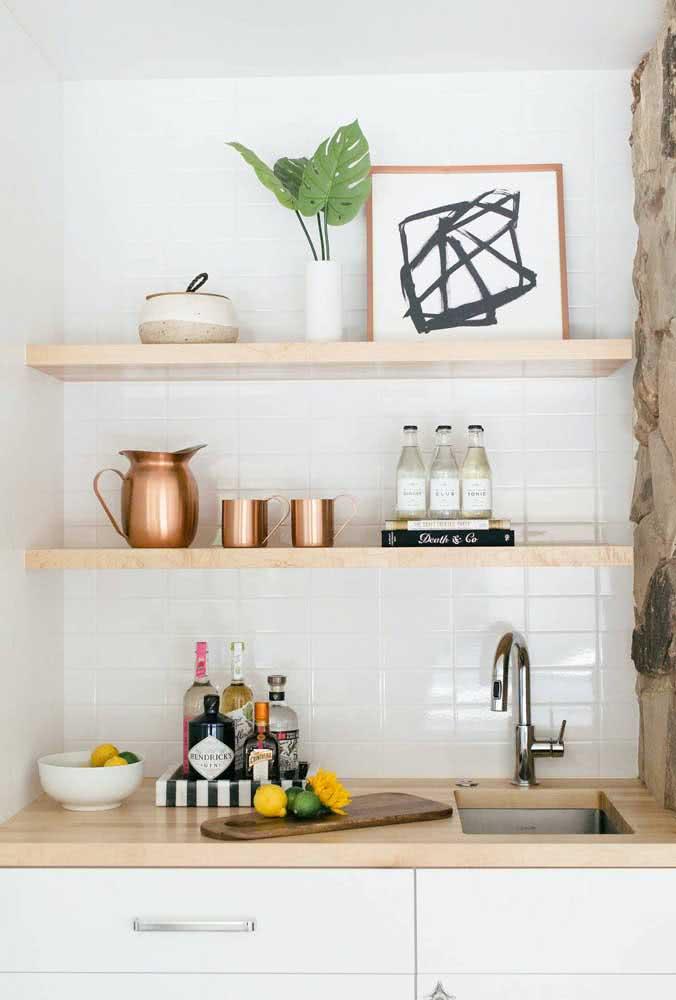 A cozinha também merece ter uma prateleira para quadros. Sobre ela, você pode expor também utensílios culinários