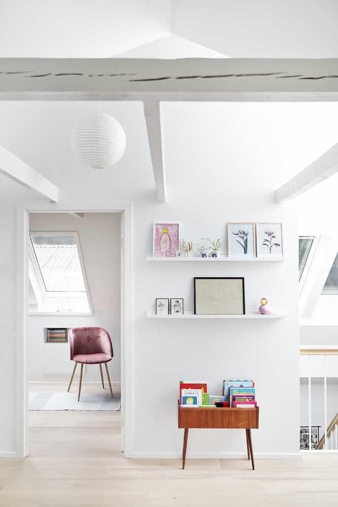 Prateleira para quadros branca combinando com o estilo minimalista da casa