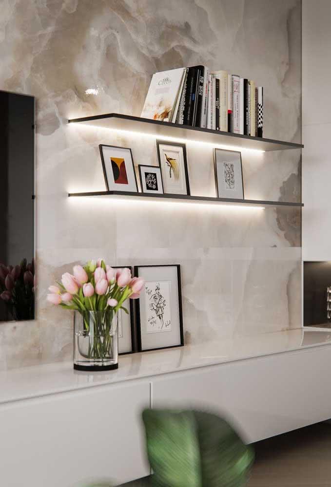 Prateleiras para quadros na sala de estar com iluminação de fita LED: valorize a decoração