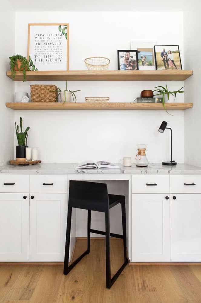 No home office, a prateleira para quadros pode assumir outras funções, como organizar papéis e documentos, além, é claro, de plantinhas