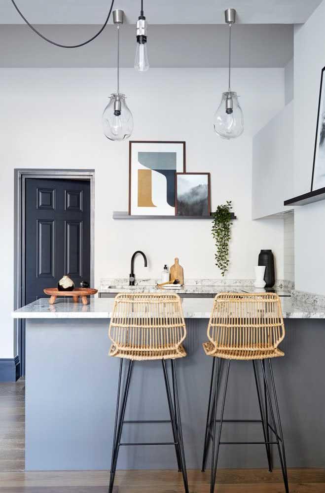 Prateleira para quadros na mesma cor dos armários da cozinha