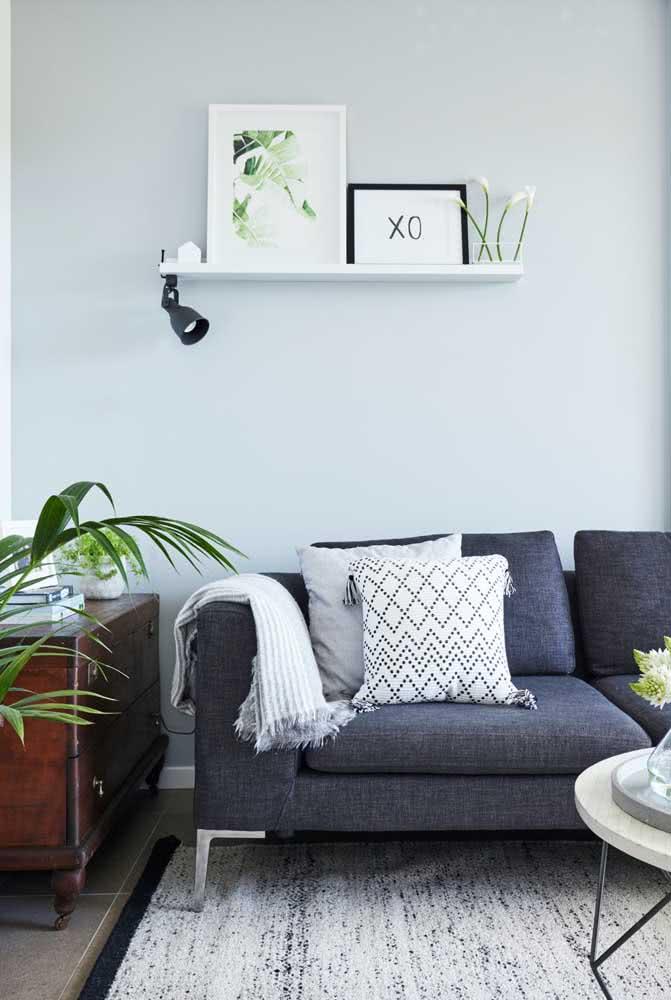 Branca e simples, mas cumprindo muito bem sua função decorativa na sala