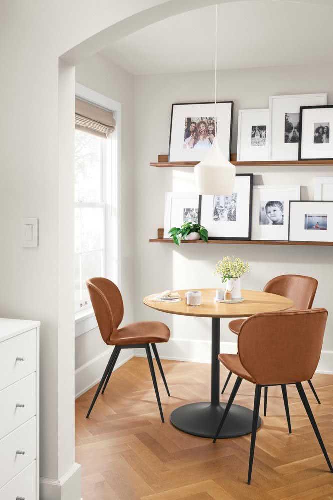 Já nessa sala de jantar, as prateleiras amadeiradas expõem as fotos da família