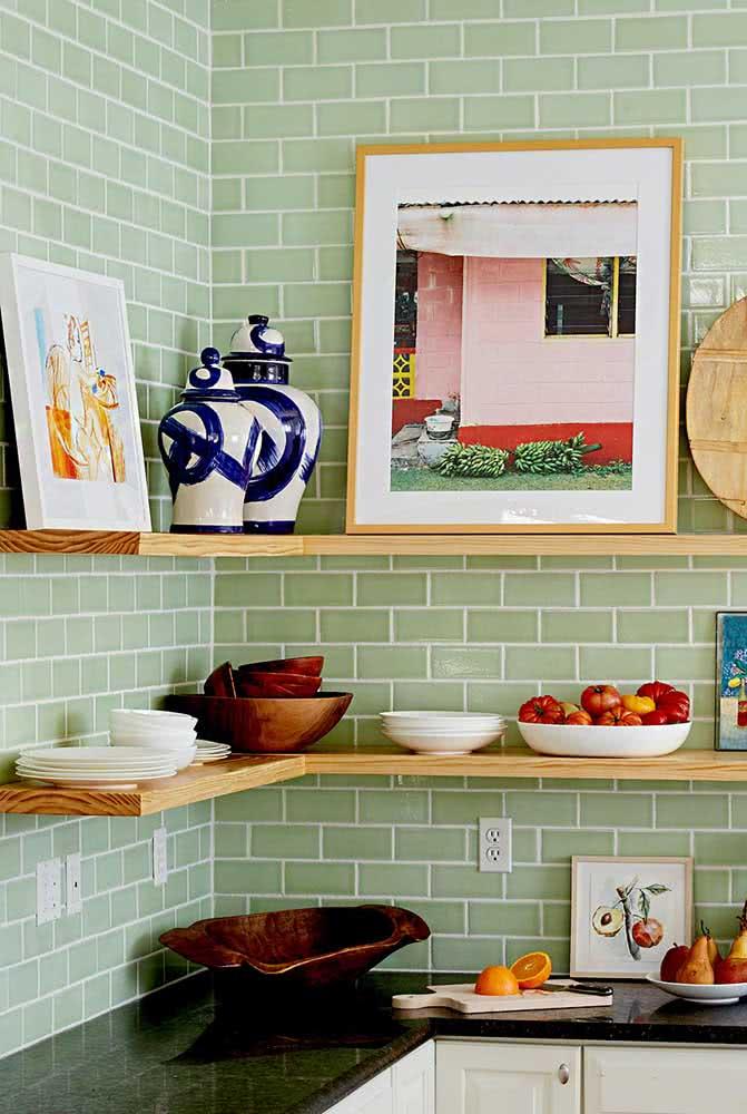 Prateleira de madeira para quadros e outras coisas bonitas que você deseja expor na cozinha