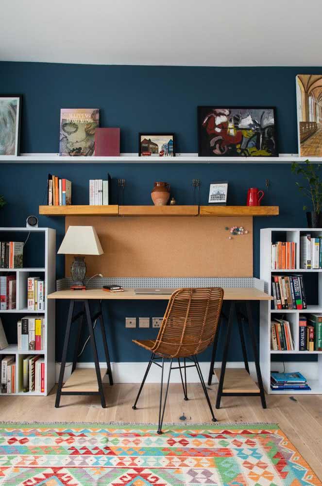 Prateleira branca para quadros no home office: a cor mais pedida de todas