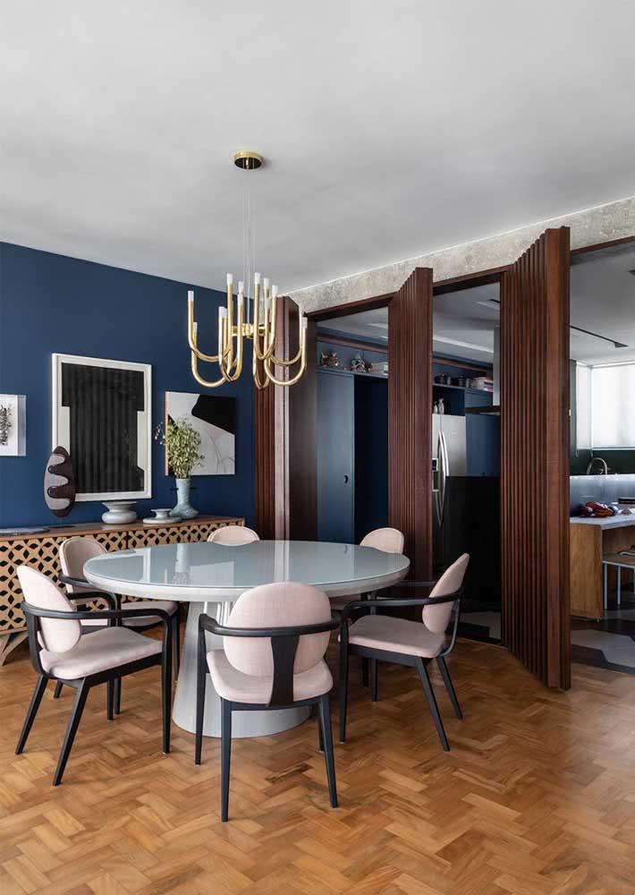 Sala de jantar grande com mesa redonda e uma decoração cheia de personalidade