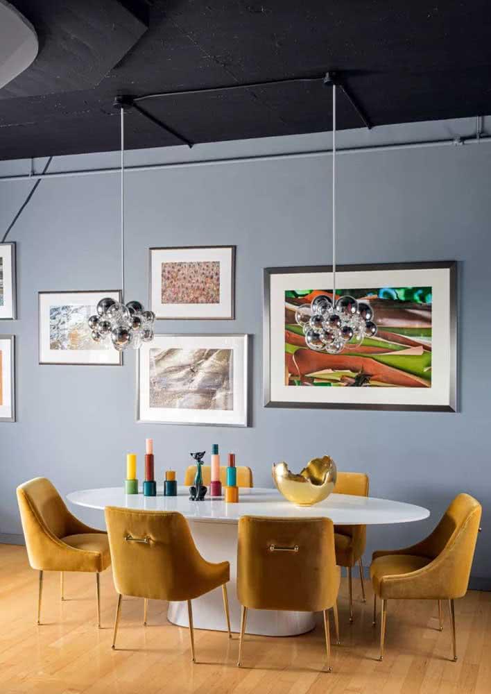 Sala de jantar grande e com pé direito alto? Use quadros e um lustre de tirar o fôlego