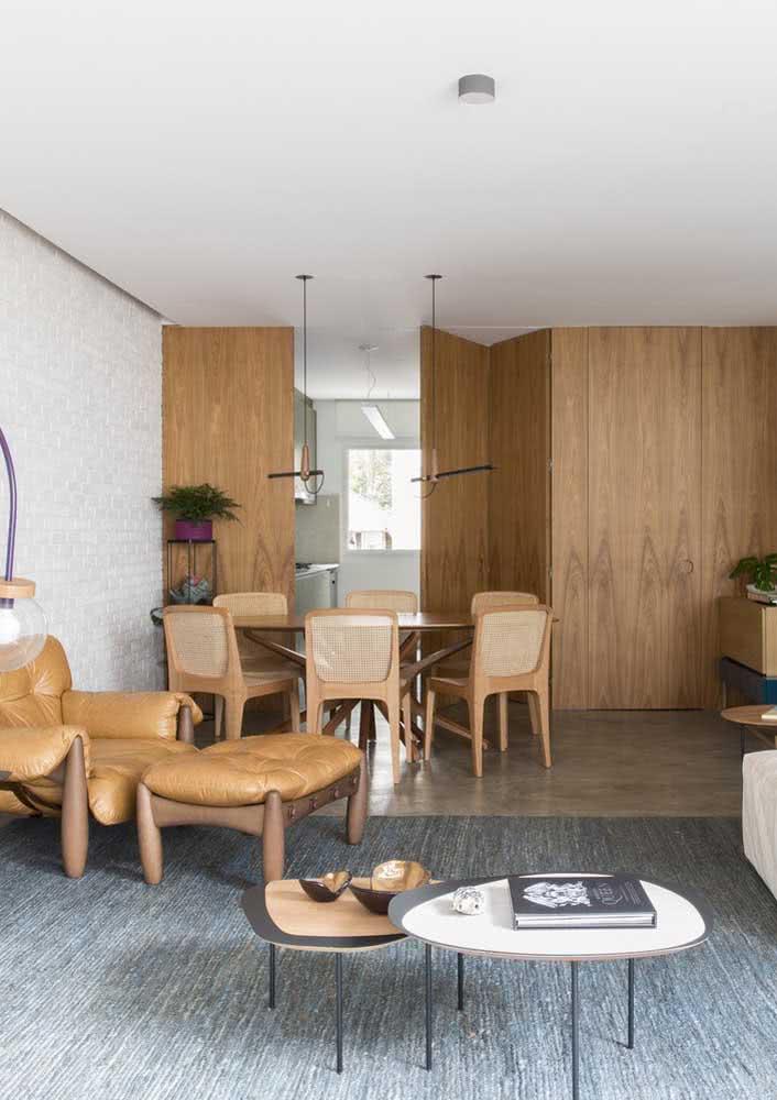 Decoração de sala de jantar grande integrada pelo painel de madeira