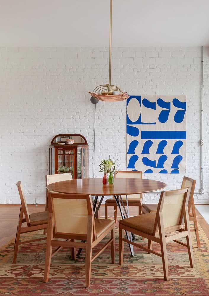 Tapete na sala de jantar pode? Sim, mas a peça deve ocupar toda área sob a mesa e as cadeiras