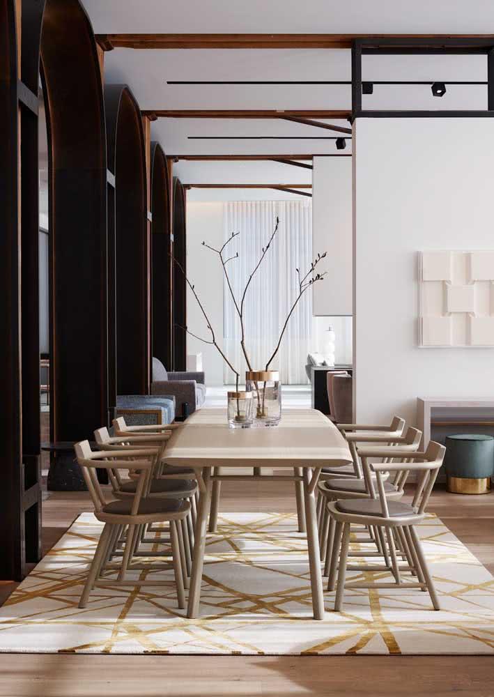 Decoração de sala de jantar grande com cores neutras