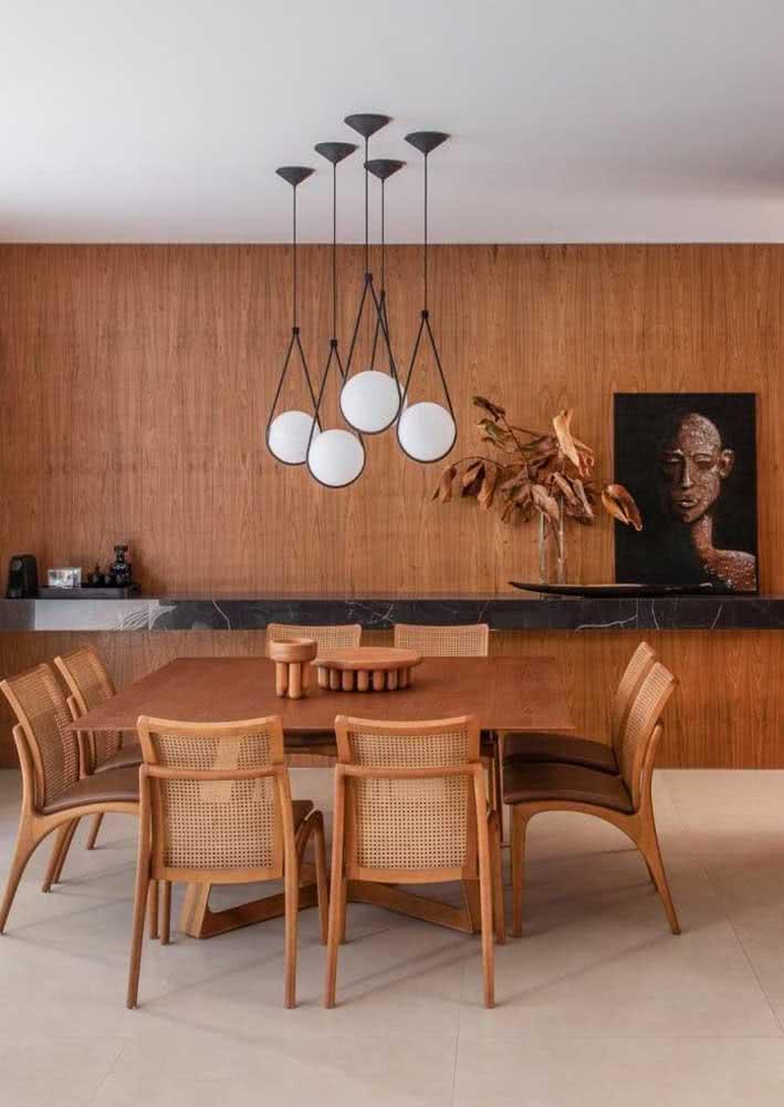 A madeira é a protagonista dessa sala de jantar grande