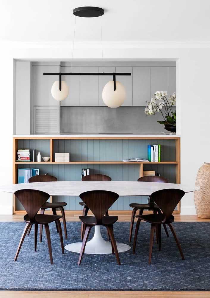Um balcão para integrar e delimitar a sala de jantar da cozinha