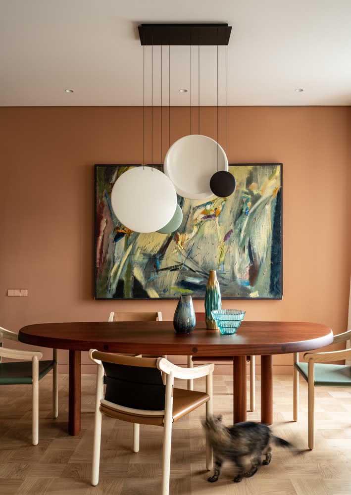Dê uma atenção especial aos detalhes decorativos, como o enfeite da mesa e o quadro