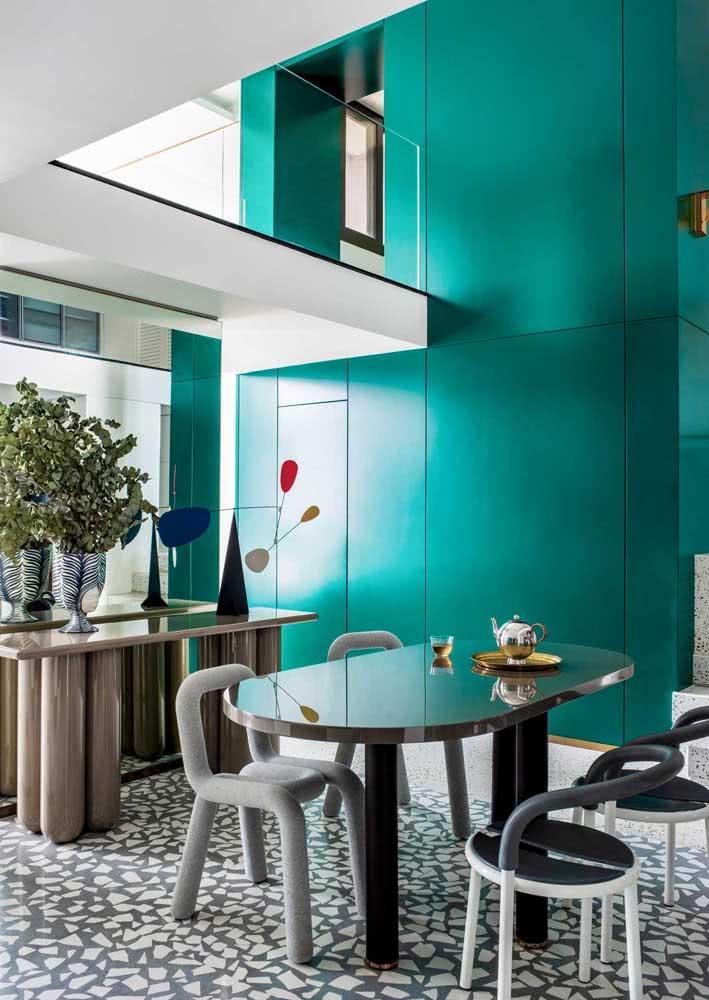 Já pensou em combinar um piso de caquinho com uma mesa metálica ultra moderna?