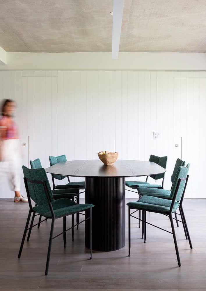Sala de jantar grande decorada com mesa de jantar oval
