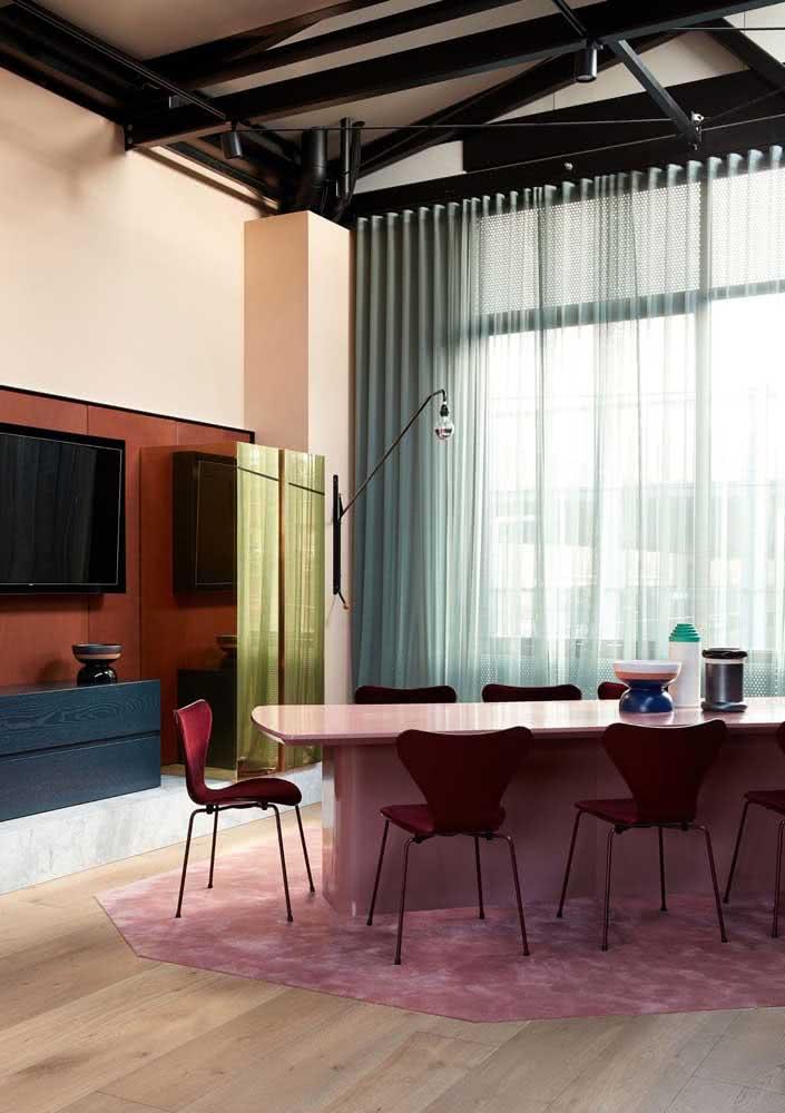 Uma paleta colorida e suave para a sala de jantar grande