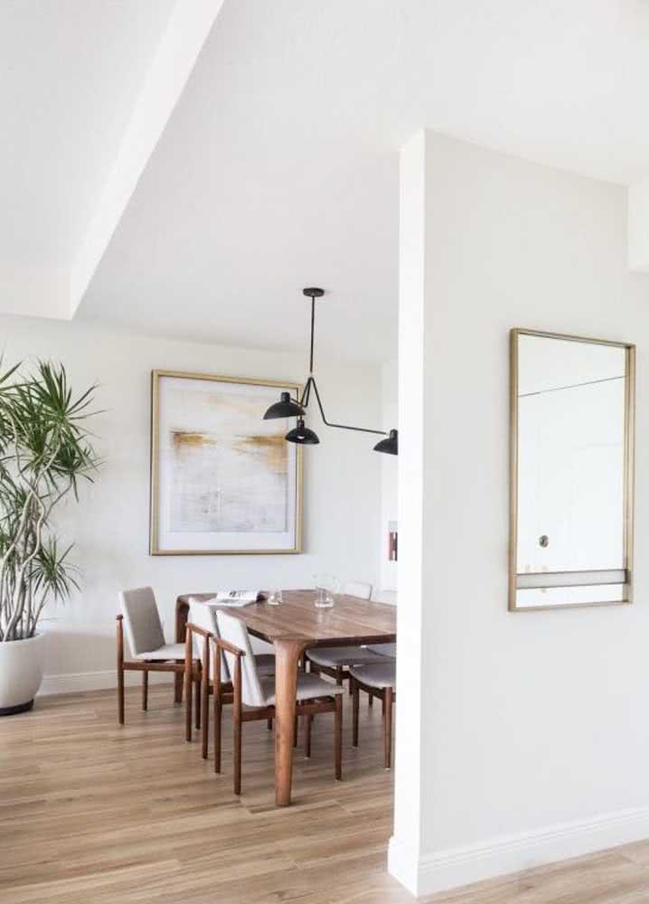 Decoração de sala de jantar grande com cores claras e madeira