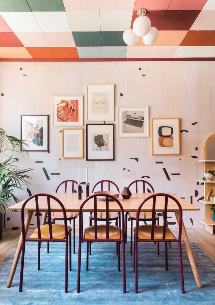 Que tal um teto colorido na sala de jantar?