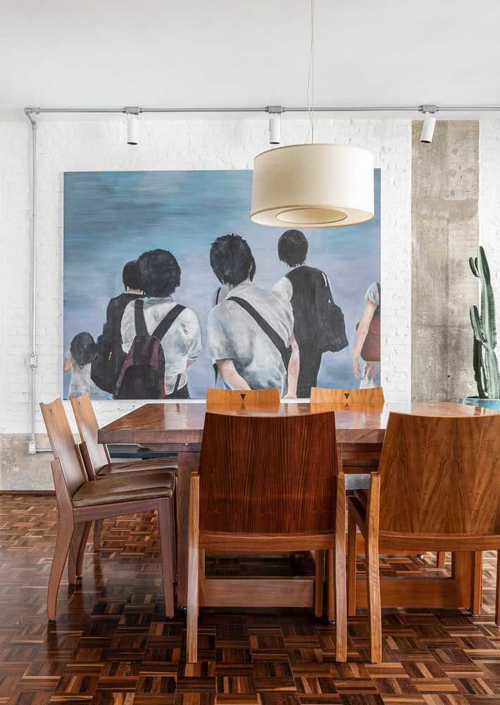 O toque retrô dessa sala de jantar fica por conta do piso de madeira