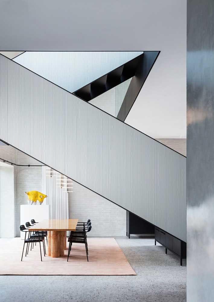 Sala de jantar intercortada pela arquitetura da casa