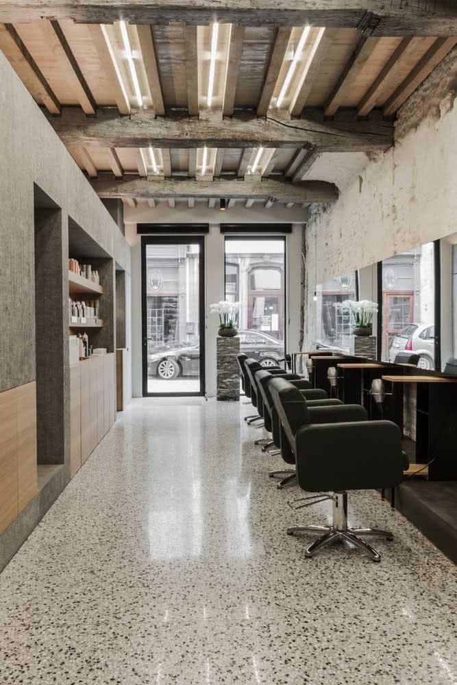 Sem excessos, essa barbearia optou pelas cores claras e o minimalismo na decoração