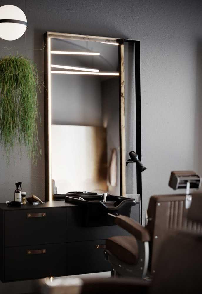 Objetos de decoração de barbearia incluem, entre outros itens, espelho, plantas e luminárias
