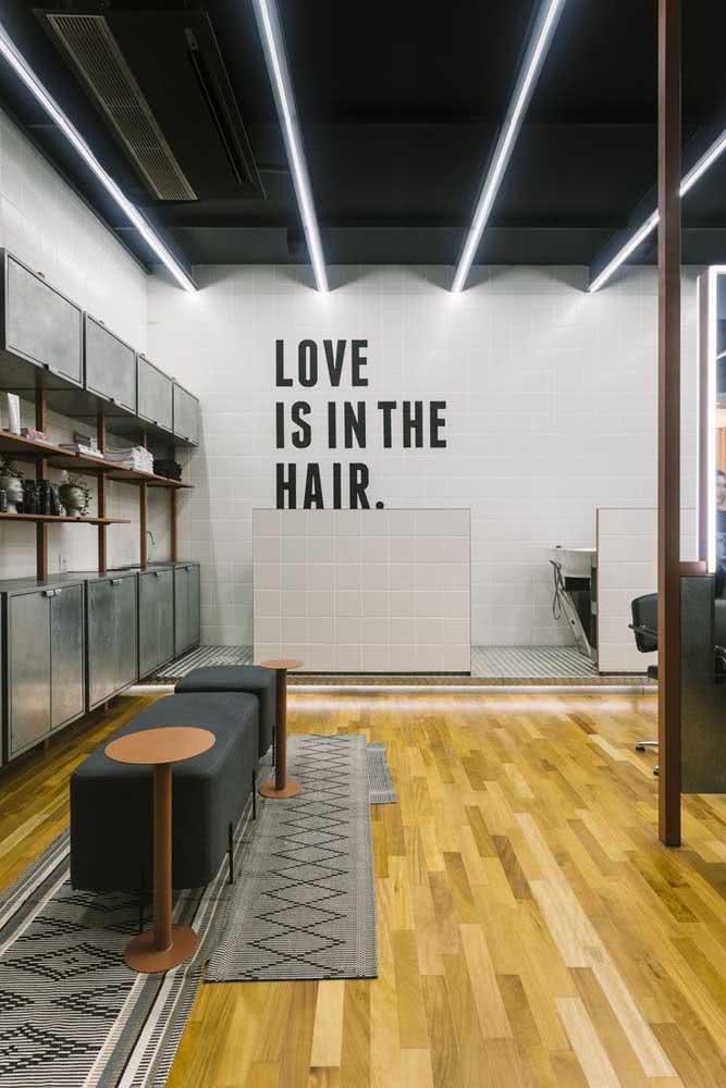 Decoração moderna de barbearia onde o conforto do cliente é prioridade