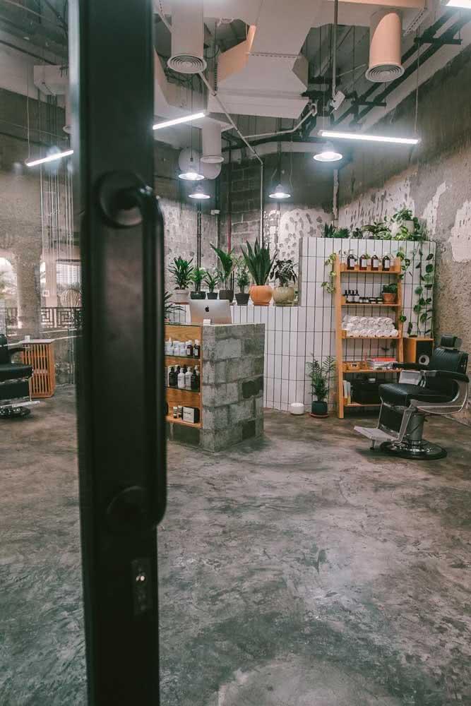 Decoração de barbearia industrial: paredes sem acabamento faz parte do estilo