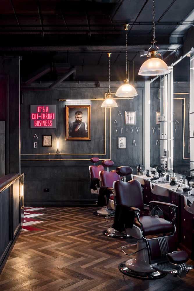 Decoração de barbearia retrô com destaque para o piso de madeira