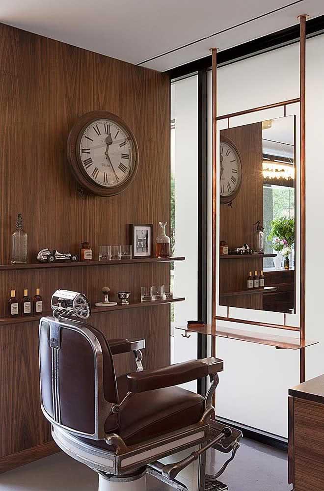 Escolha um objeto para ser o destaque da barbearia, aqui, por exemplo, quem chama atenção é o relógio vintage